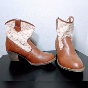 Short cowboy booties brown with white lace 9 M